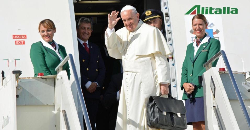 19.set.2015 - O papa Francisco partiu neste sábado para Havana, a primeira etapa da décima viagem internacional de seu pontificado e na qual visitará Cuba e Estados Unidos, dois países que estão em pleno processo de retomada de suas relações bilaterais. O pontífice decolou do aeroporto de Fiumicino, em Roma, a bordo de um Airbus A330-200 da companhia Alitalia às 10h34 locais (5h34 de Brasília)