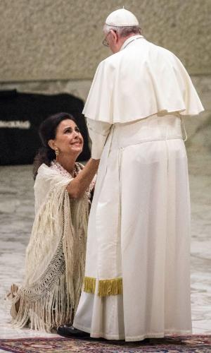 27.out.2015 - Papa Francisco recebe fiéis durante audiência no Vaticano. O pontífice recebeu grupos de ciganos de todo o mundo na ocasião do 50º aniversário da visita do Papa Paulo 6º a um acampamento cigano em Pomezia, na Itália