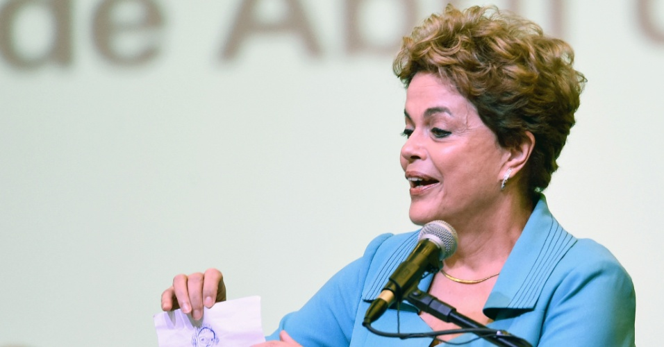 27.abr.2016 - A presidente Dilma Rousseff mostra desenho que recebeu de uma menina durante Conferência Nacional de Direitos Humanos, no Centro Internacional de Convenções, de Brasília