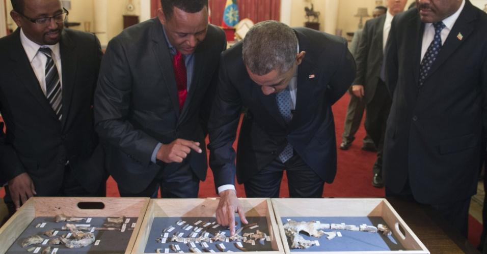 27.jul.2015 - O presidente dos EUA, Barack Obama, toca os fragmentos de ossos de