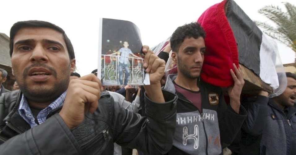 26.mar.2015 - Corpo de jovem morto em atentado do grupo terrorista Estado Islâmico no Iraque é enterrado em Iskandariya, a 40 quilômetros ao sul de Bagdá. Ontem (25), um homem-bomba explodiu em um estádio de futebol e provocou 29 mortes. O ataque suicida ocorreu depois que o governo iraquiano anunciou a retomada da cidade de Kubeisa, então controlada pelo EI. A região no entorno da capital Bagdá é um dos principais alvos dos jihadistas