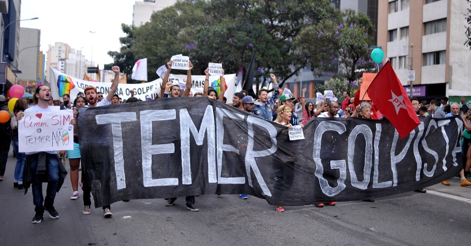 29.mai.2016 - A política tomou conta da 20ª Parada do Orgulho LGBT, em São Paulo, neste domingo. Manifestantes caminharam com placas e faixas contra o contra o governo interino de Michel Temer