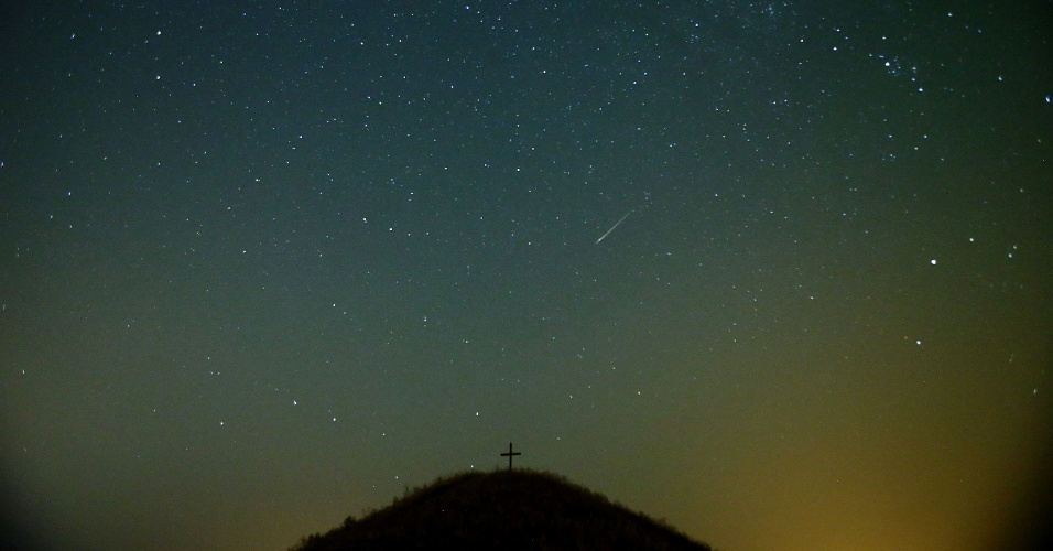 13.ago.2015 - Meteoro cruza o céu sobre os arredores da cidade alemã de Großmugl, na madrugada desta quinta-feira (13), durante a chuva de meteoros Perseidas. O evento, que ocorre anualmente e tem este nome por ser avistado, da Terra, próximo da constelação de Perseu, atingiu seu pico na Europa entre a noite de ontem e a manhã de hoje, segundo a Nasa