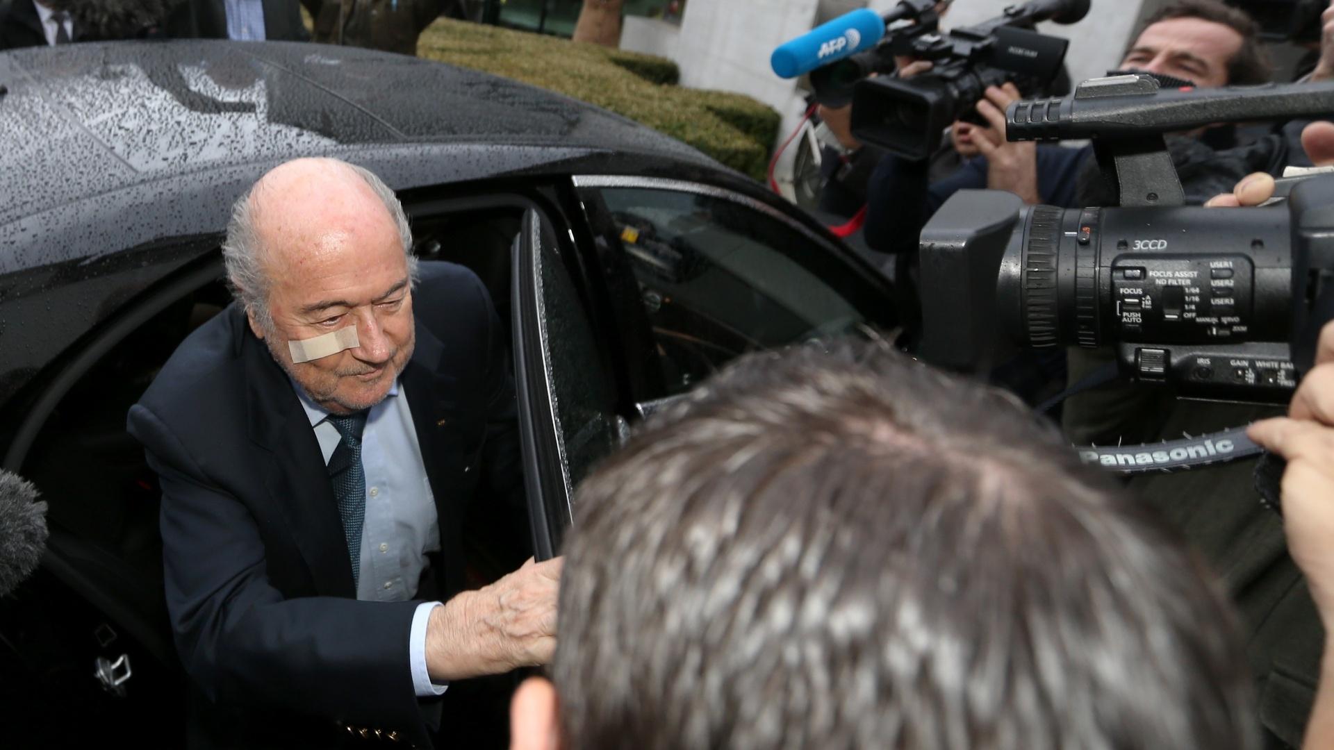 21.dez.2015 - O presidente da Fifa, Joseph Blatter, é cercado por jornalistas em sua chegada para uma coletiva de imprensa em Zurique, na Suíça. O dirigente suíço foi suspenso nesta segunda-feira (21) por oito anos, junto com o francês Michel Platini, presidente da Uefa,