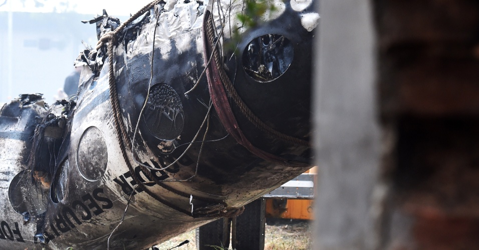 22.dez.2015 - Um avião militar indiano caiu em Nova Déli, causando a morte das dez pessoas a bordo. O acidente aconteceu a poucos quilômetros do Aeroporto Internacional Indira Gandhi. A aeronave levava membros das forças de segurança de fronteiras, e caiu logo após a decolagem