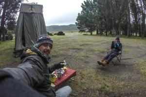 Casal de brasileiros viaja de SP ao Alasca alimentando cães de rua (Foto: Sergio Medeiros/Projeto Mundo Cão)