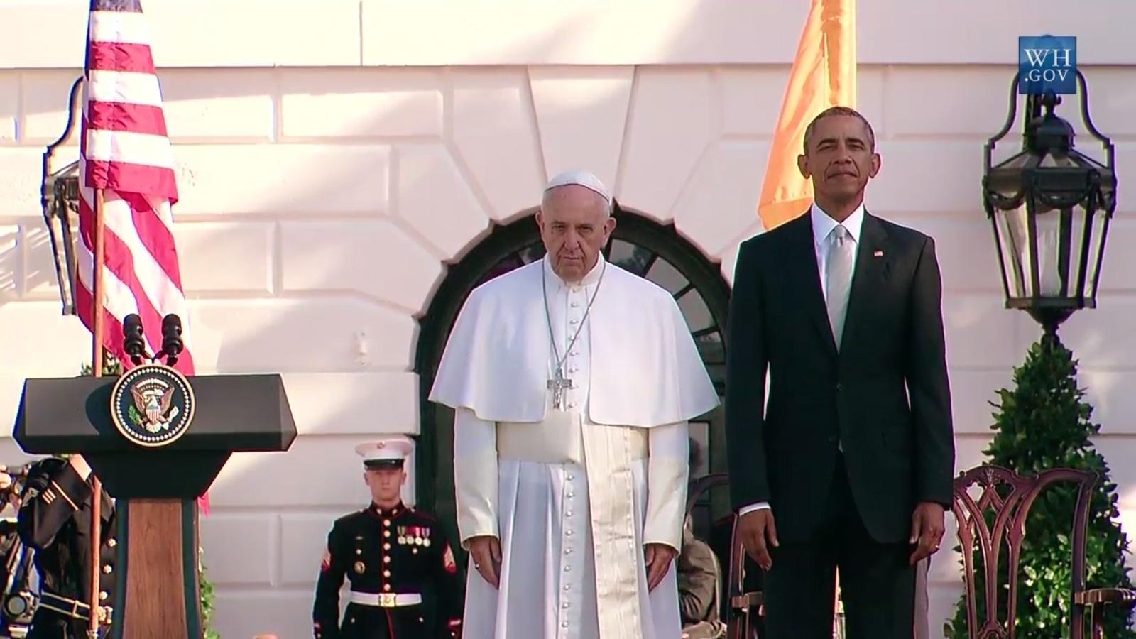 23.set.2015 - Papa Francisco chega à Casa Branca, em Washington, onde é recebido pelo presidente dos Estados Unidos, Barack Obama, e pela primeira-dama Michelle Obama