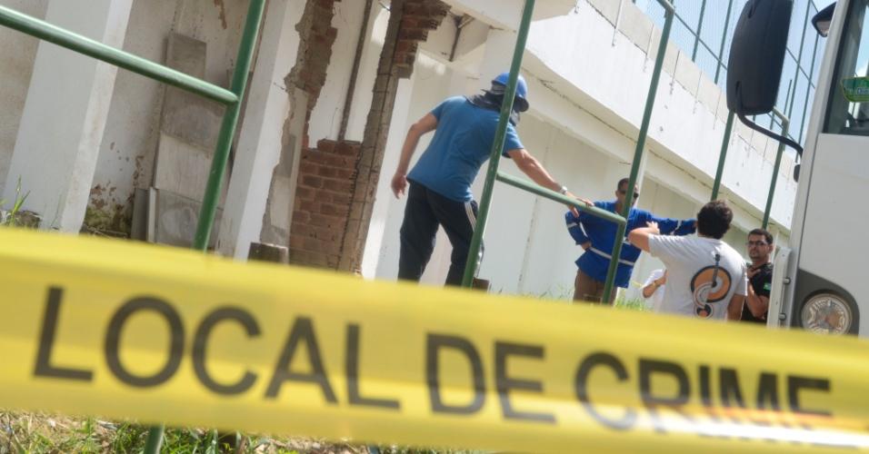 24.jan.2016 - Muro de presídio no Recife (PE) começa a ser restaurado após explosão que possibilitou fuga de detentos. Dezenas de presos escaparam do Complexo Prisional do Curado no último sábado (23) depois que uma grande explosão derrubou um dos muros do local