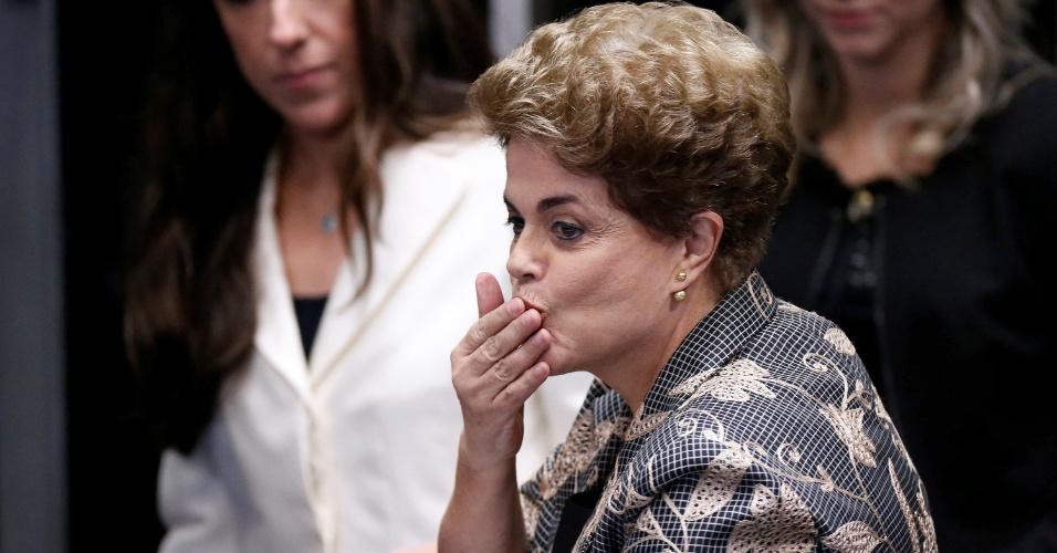 29.ago.2016 - A presidente afastada, Dilma Rousseff, solta beijo durante sessão de julgamento do impeachment no Senado Federal, na qual defende o seu mandato e responde perguntas de senadores