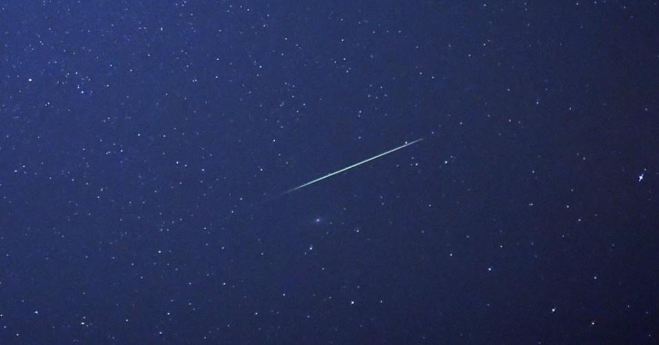 13.ago.2015 - Meteoros iluminam o céu durante a chuva Perseidas, em Saale, Alemanha. O evento ocorre anualmente e tem este nome por ser avistado da Terra próximo da constelação de Perseu