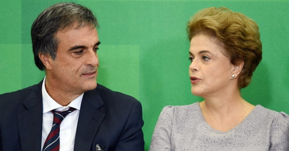 22.mar.2016 - Presidente Dilma Rousseff ao lado do ex-ministro da Justiça e atual advogado-geral da União, José Eduardo Cardozo, durante encontro com Juristas pela Legalidade e em Defesa da Democracia, em Brasília