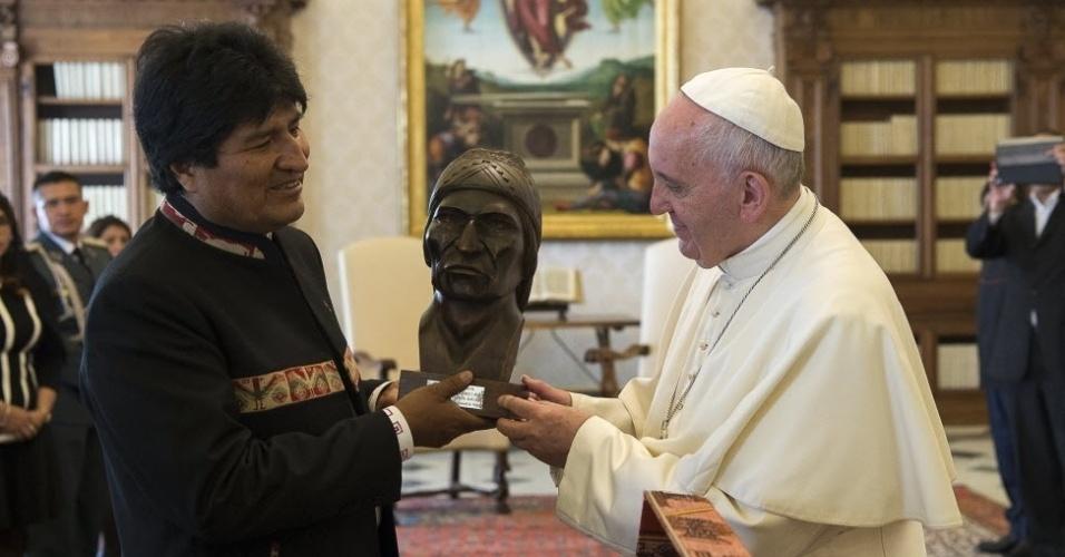 15.abr.2016 - O presidente da Bolívia, Evo Morales (esq.), presenteia o papa Francisco com busto do líder indígena aimará Tupac Katari. Na audiência privada de Morales com o papa realizada no Vaticano, o presidente boliviano também ofereceu ao pontífice livros sobre a folha de coca. Eu tomo [chá da folha de coca] e ele me faz muito bem. Eu o recomendo