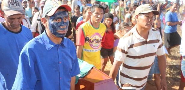 Índios guarani-kaiowás carregam caixão com o corpo do jovem Aquileu, morto no MS