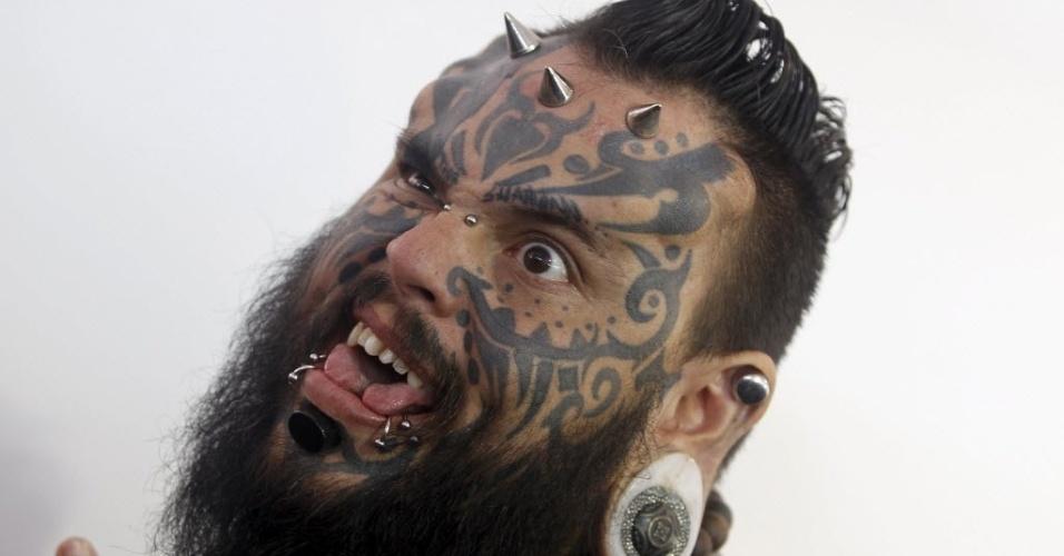 14.set.2015 - Visitante exibe piercings e tatuagens durante convenção em Cali, na Colômbia
