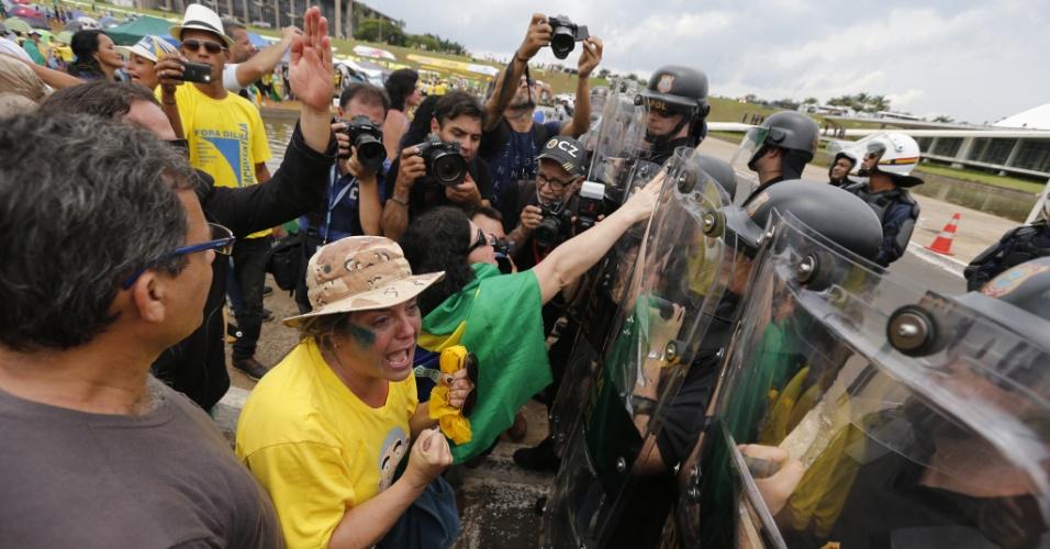 Manifestantes tentam furar bloqueio da PM em torno do Congresso