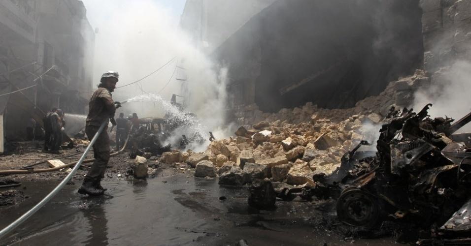 10.ago.2016 - Membro da Defesa Civil tenta apagar um incêndio após um ataque aéreo em Idlib, Síria. Segundo agências da ONU, em Aleppo existem mais de 2 milhões de pessoas sem acesso à eletricidade; pelo menos 250 mil permanecem isoladas