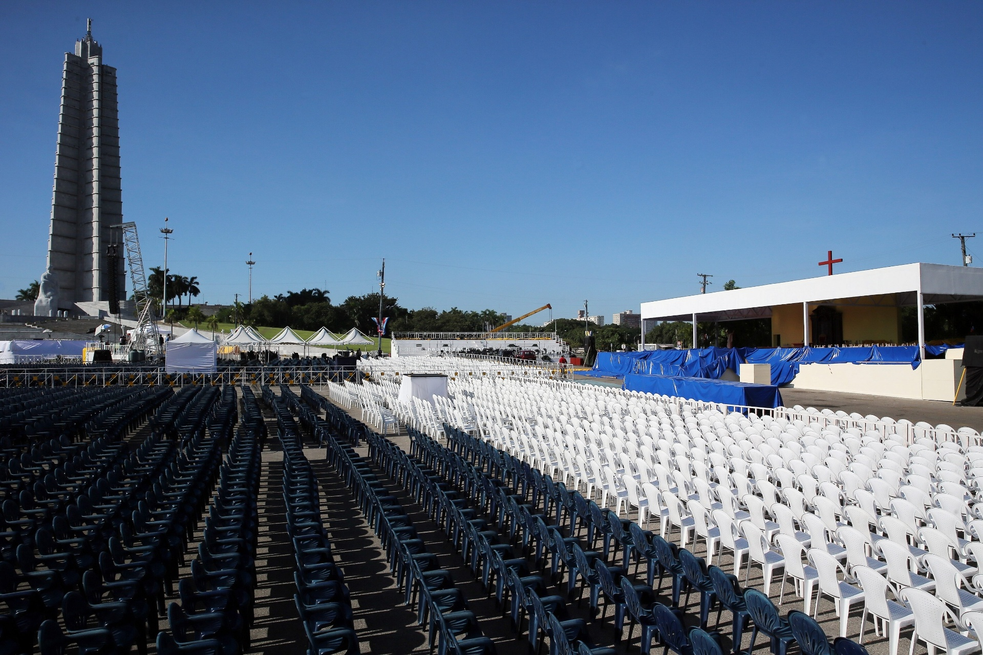 18.set.2015 - Cadeiras são colocadas na praça da Revolução, onde o papa Francisco celebrará uma missa, em Havana, Cuba. O papa Francisco começará no próximo sábado (19) sua 10ª viagem internacional, um périplo que o levará a Cuba e aos Estados Unidos durante nove dias, nos quais fará 26 discursos