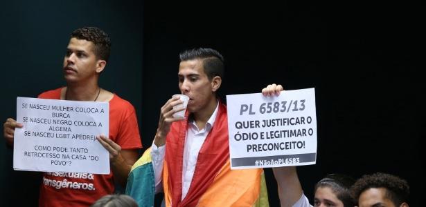 Manifestantes seguram cartazes durante votação do parecer do relator do Estatuto da Família em comissão especial na Câmara Federal