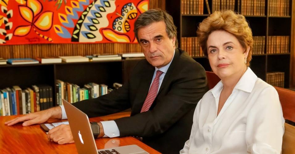 25.mai.2016 - A presidente Dilma Rousseff usou sua página no Facebook para conversar com internautas sobre sua defesa no processo de impeachment. O ex-advogado-geral da União José Eduardo Cardozo também participou da conversa