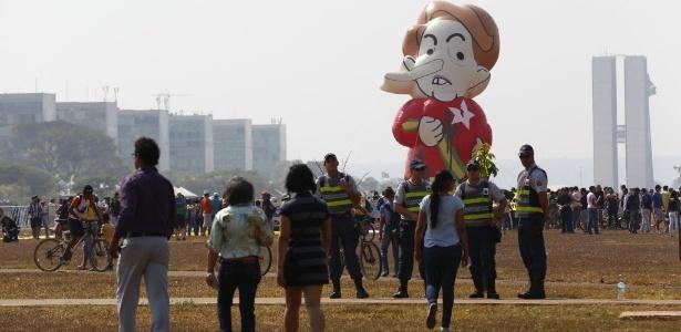 """Uma boneca representando a presidente Dilma foi levada à Esplanada dos Ministérios e foi batizada de """"Pixuleca"""""""