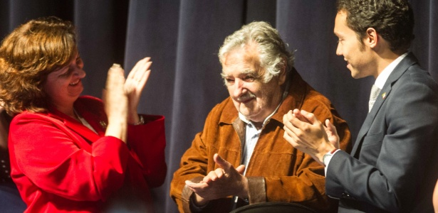 """O ex-presidente uruguaio e senador José Pepe Mujica (ao centro) criticou a cultura de consumo e incentivou a organização da juventude para mudar o mundo durante a abertura da 11ª Conferência da Juventude Latino-Americana sobre Mudanças Climáticas (COY11), que aconteceu na noite desta quinta-feira (26) na Universidade Federal de Santa Catarina, em Florianópolis (SC). """"Precisamos lutar por um mundo em que se mude a estrutura econômica e a distribuição [de riqueza]. Como consequência, vamos mudar a humanidade"""", afirmou Mujica"""