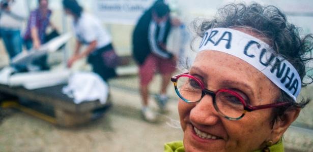 30.abr.2016 - Manifestantes se reuniram na praia de Copacabana, no Rio, na tarde deste sábado (30) para defender que o presidente da Câmara, Eduardo Cunha (PMDB-RJ), deixe o cargo