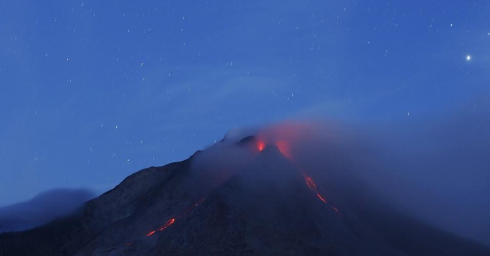 22.jun.2015 - Vulcão Sinabung expele lava em imagem feita desde o vilarejo Beras Tepu, no norte de Sumatra, na Indonésia, nesta terça-feira (23), horário local. Mais de 10 mil pessoas de 12 vilarejos foram removidas de suas casas e vivem agora em campos de refugiados desde que o vulcão entrou em atividade