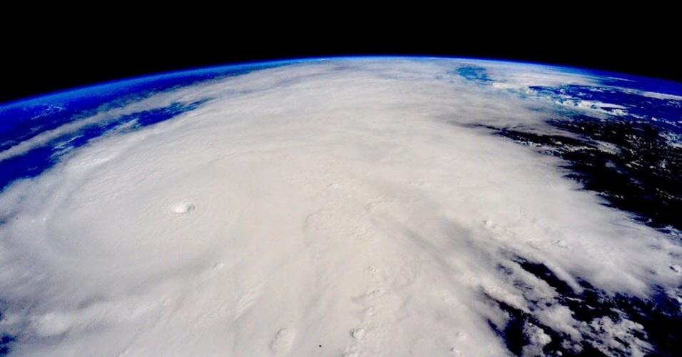 """23.out.2015 - Em imagem feita da Estação Espacial Internacional é possível ver o furacão Patricia se aproximando da costa oeste do México. A tempestade atingiu a categoria 5, a mais alta na escala de Saffir-Simpson, o que levou o governo mexicano a declarar estado de """"emergência extraordinária"""" em vários municípios da costa do oceano Pacífico"""