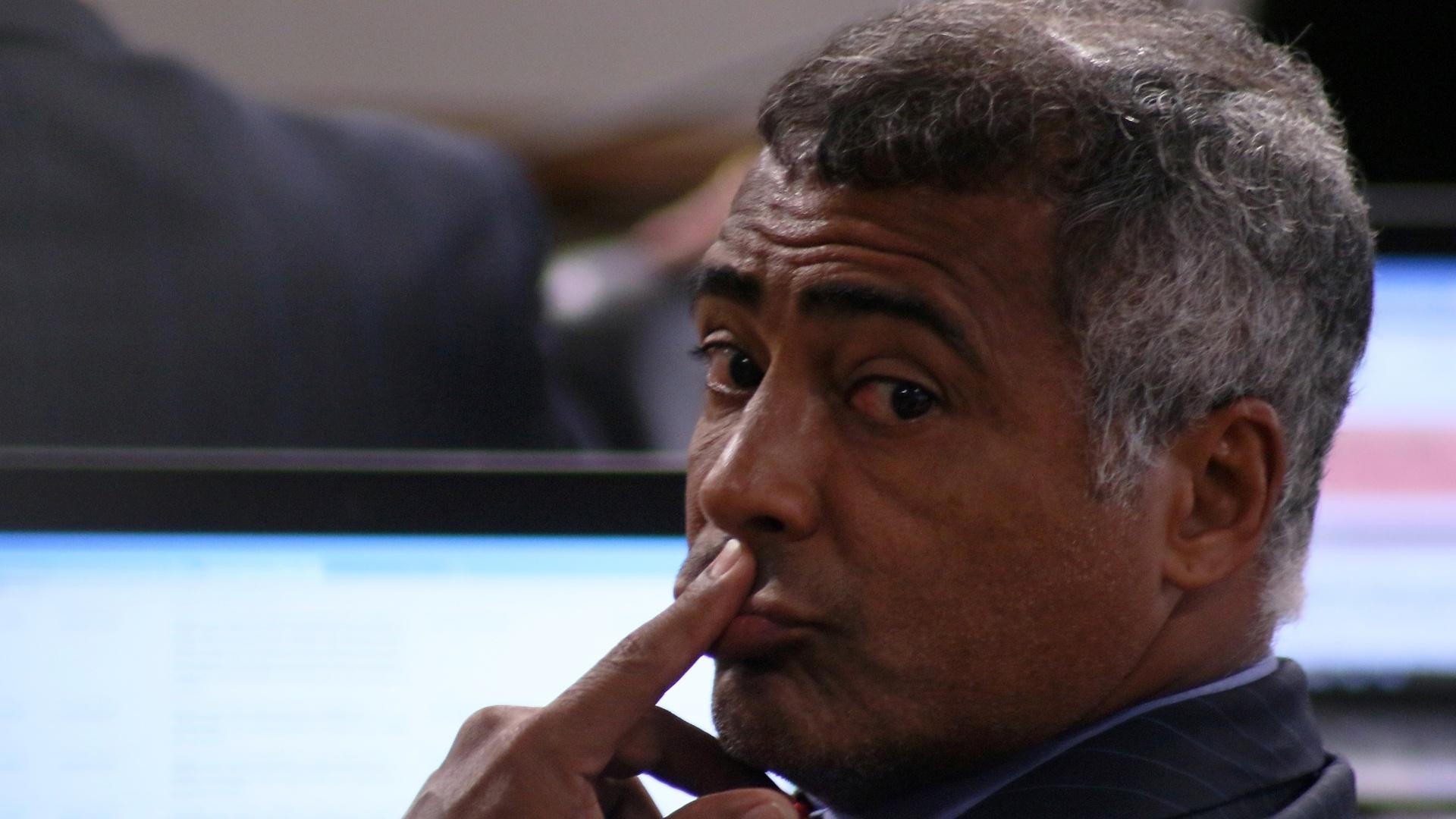 27.abr.2016 - O senador Romário (PSB-RJ) participa da reunião de trabalho da comissão do impeachment do Senado, em Brasília. Segundo o placar do Estadão, o senador deve votar a favor do impeachment de Dilma