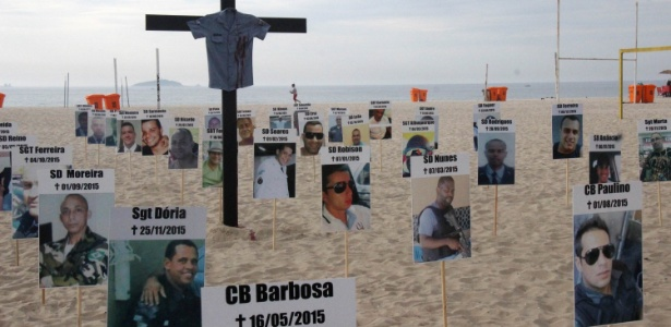 10.dez.2015 - Ato na praia de Copacabana em homenagem aos policiais militares mortos em 2015