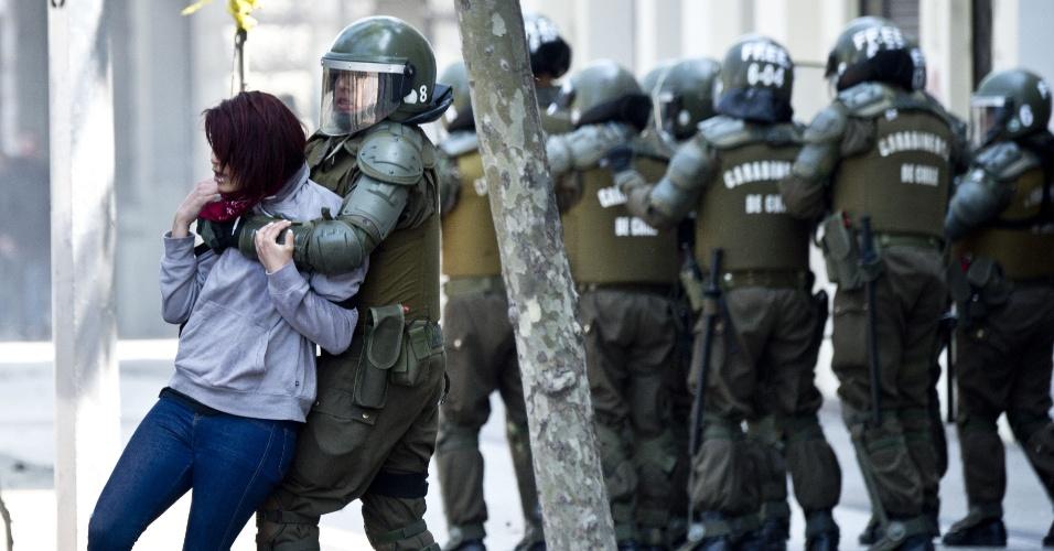 """15.out.2015 Estudantes voltaram a ir às ruas do Chile nesta quinta-feira exigindo uma reforma educacional """"transformadora"""" e em repúdio às medidas propostas pelo governo de Michelle Bachelet. Segundo os organizadores, 60 mil manifestantes participaram da marcha e no fim do ato houve alguns conflitos entre estudantes encapuzados e agentes das forças especiais chilenas.Como normalmente ocorre, os estudantes jogaram pedras e pedaços de madeira na polícia, que repeliu os manifestantes com jatos d'água e bombas de gás lacrimogêneo."""