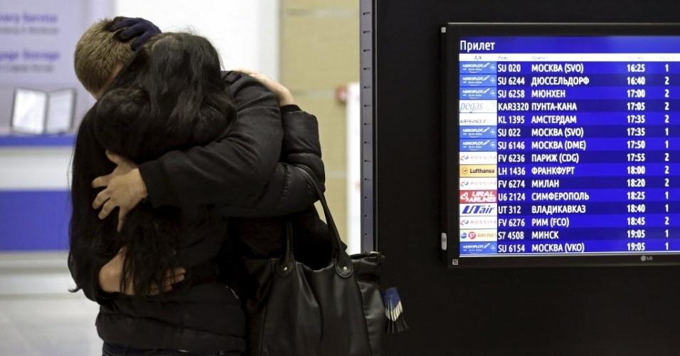 31.out.2015 - Pessoas se abraçam após saberem no aeroporto de Pulkovo, em São Petersburgo, da queda de avião da companhia russa Kogalimavia (conhecida como Metrojet) no Egito. O presidente russo, Vladimir Putin, expressou suas