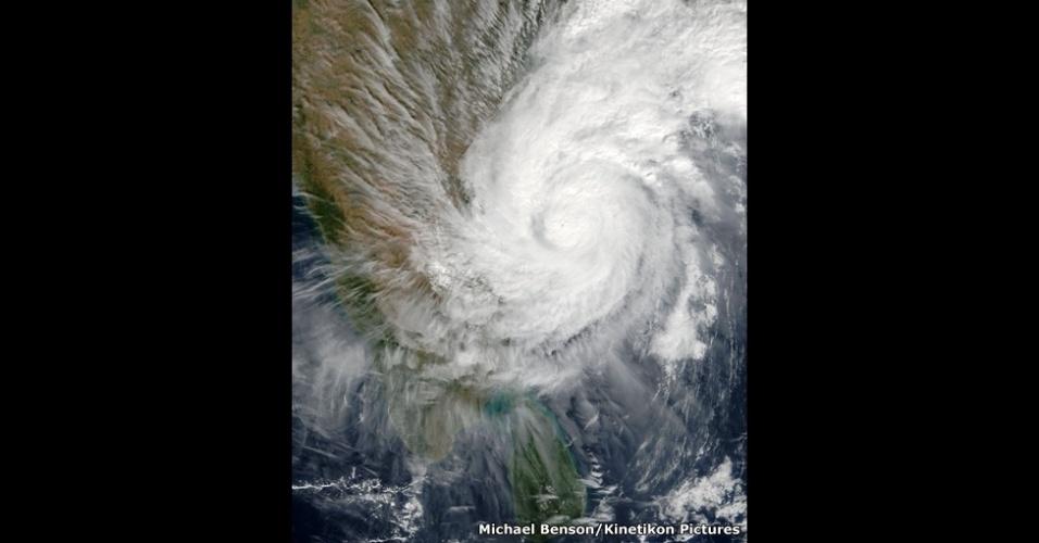 Este imenso vórtice do ciclone tropical 03B atingiu a costa leste da Índia no fim de 2003, com rajadas de vento de 120 km/h