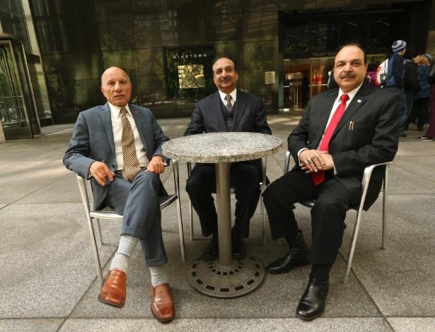 A.D. Amar, Anand Ahuja e Davendra Makkar, fundadores do grupo Indiano-Americanos por Trump 2016, no atrium do Trump Tower, em Nova York