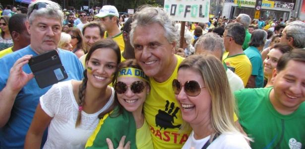 O senador Ronaldo Caiado (DEM-GO) posa com manifestantes anti-Dilma na avenida Paulista (SP)