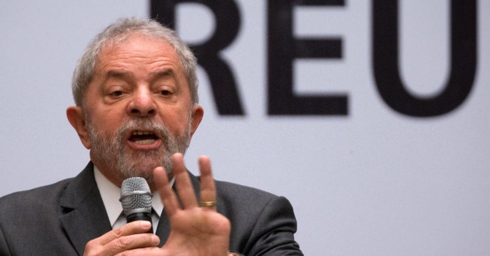 29.out.2015 - Lula discursa na abertura da reunião do Diretório Nacional do PT, realizado nesta quinta-feira (29), em Brasília. O ex-presidente foi recebido por gritos de