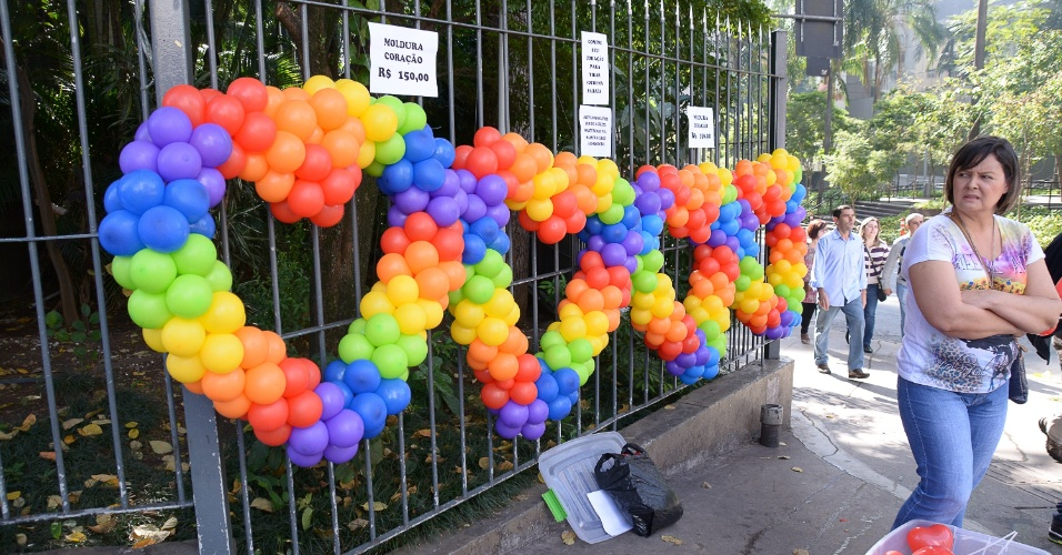 29.mai.2016 - Comerciantes já estão preparados para faturar com a 20ª Parada do Orgulho LGBT de SP, que será realizada, neste domingo, na avenida Paulista