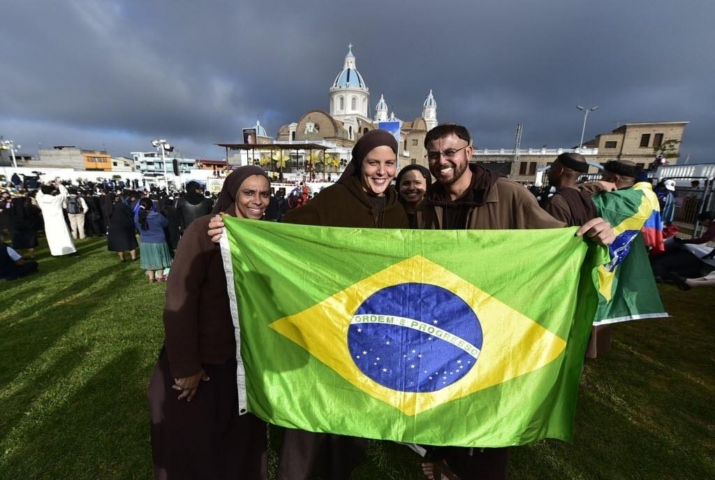 8.jul.2015 - Religiosos exibem uma bandeira brasileira enquanto esperam a chegada do papa Francisco antes de uma reunião com o clero e seminaristas no Santuário Mariano Nacional de