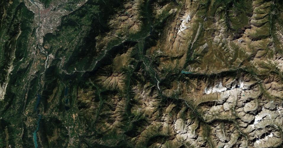 11.dez.2015 - Imagem capturada pelo satélite Sentinel-2ª, da ESA (Agência Espacial Europeia), mostra os alpes Les Deux, na França, com teleféricos funcionando até 3600 m. Localizado perto da maior montanha da Europa, Mont Blanc é segunda mais antiga estância de esqui do país. A área cinza no canto superior esquerdo é a cidade de Grenoble. As cores acastanhadas representam as partes das montanhas, sem vegetação ou assentamentos. A vila de Le Bourg-d'Oisans é claramente visível no centro da imagem, com parcelas agrícolas em torno dele
