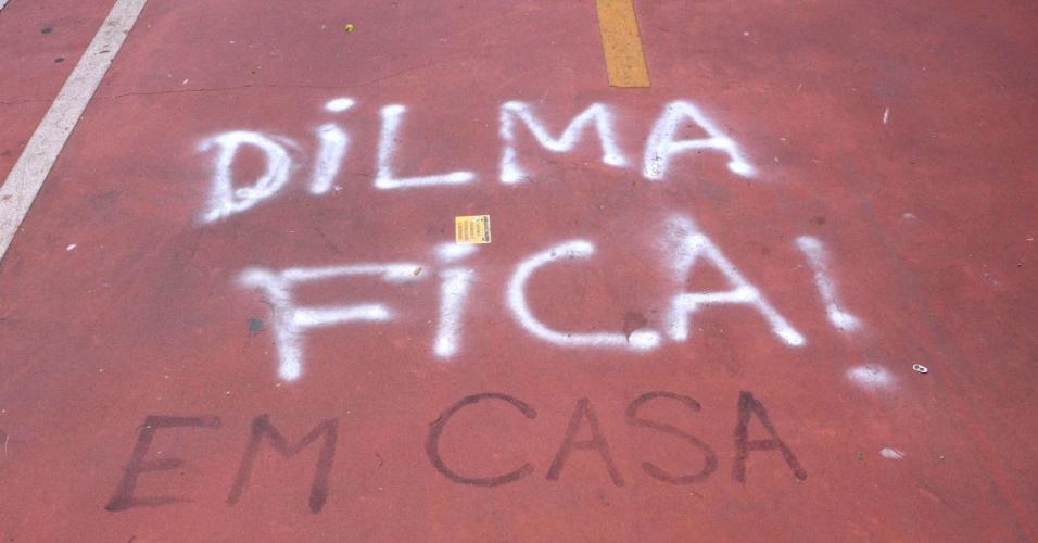 21.mar.2016 - Pichações na ciclovia da avenida Paulista, em São Paulo, na manhã desta segunda-feira (21). O local virou um painel para frases de protesto contra e a favor a presidente Dilma e ao ex-presidente Lula e o PT.