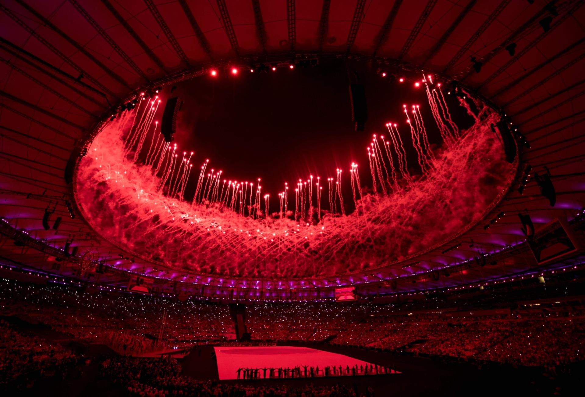 7.set.2016 - Fogos explodem no Maracanã durante cerimônia de abertura dos Jogos Paraolímpicos de 2016, que são realizados no Rio de Janeiro