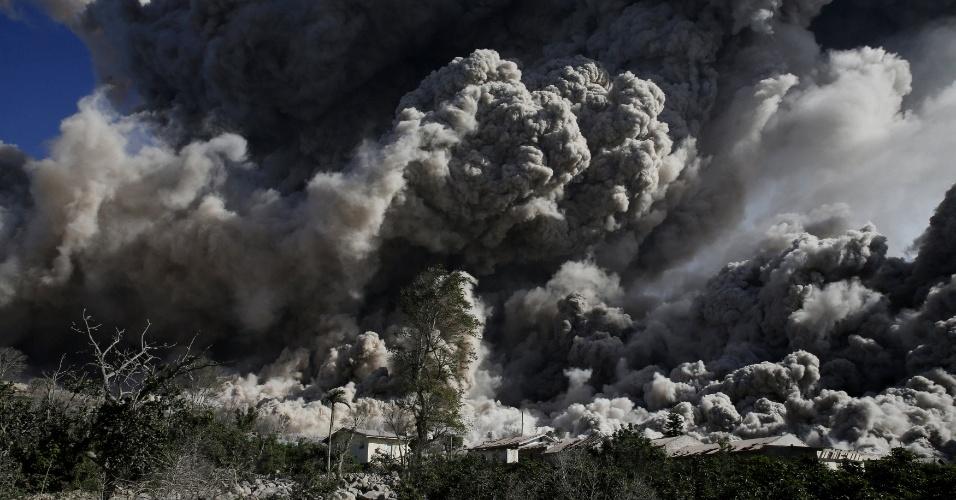25.jun.2015 - O vulcão Sinabung expele nuvem de cinzas durante erupção próximo à aldeia já esvaziada de Bekerah, no norte da ilha de Sumatra (Indonésia), nesta quinta0feira (25). Mais de 10.000 pessoas de 12 aldeias em torno do vulcão tiveram de deixar suas casas, se mudando para campos de desabrigados