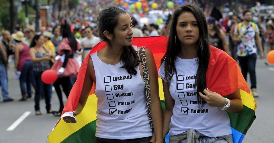 28.jun.2015 - Meninas caminham de mãos dadas durante a Parada do Orgulho Gay, em San José, na Costa Rica, neste domingo (28)