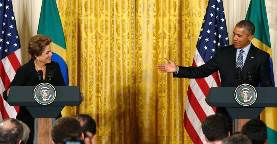 30.jun.2015 - O presidente norte-americano Barack Obama acena para a presidente Dilma Rousseff durante entrevista para a imprensa na Casa Branca, Washington (EUA), nesta terça-feira (30)