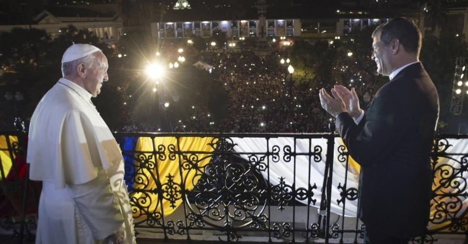 6.jul.2015 - O presidente do Equador, Rafael Correa, aplaude o papa Francisco no palácio presidencial em Quito