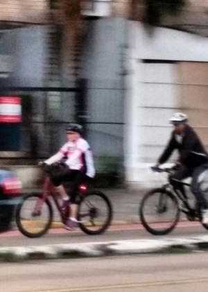 Antes de deixar Porto Alegre (RS), onde passou o feriado de Semana Santa, a presidente Dilma Rousseff anda de bicicleta escoltada por dois seguranças