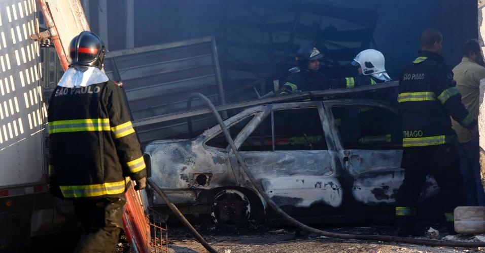 17.ago.2016 - Em uma ação cinematográfica, um grupo de criminosos incendiou carros, caminhões e soltou vários fogos de artifícios para encobrir o roubo a uma empresa de transporte de valores na madrugada desta quarta-feira em Santo André, na Grande São Paulo