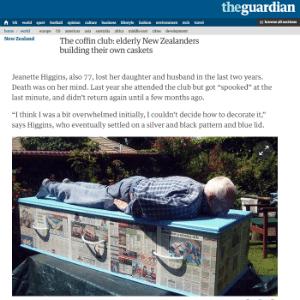 """Idoso """"experimenta"""" tamanho de seu caixão revestido de papel jornal"""