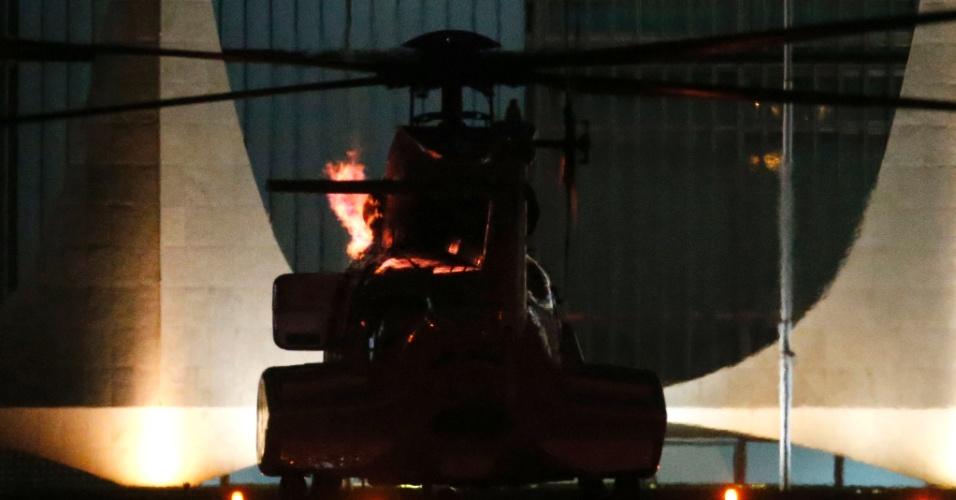 21.set.2015 - O helicóptero usado pela presidente Dilma Rousseff para transportá-la do Palácio da Alvorada até a Base Aérea de Brasília soltou uma labareda instantes antes de decolar