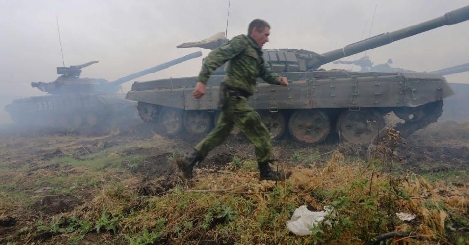 14.set.2015 - Separatista pró-Rússia participa de competição militar perto da cidade de Torez, na região de Donetsk, no leste da Ucrânia. O Conselho da União Europeia (UE) confirmou a extensão por seis meses, até o dia 15 de março de 2016, das sanções impostas a 149 pessoas e 37 entidades por prejudicar a integridade territorial, a soberania e a independência da Ucrânia